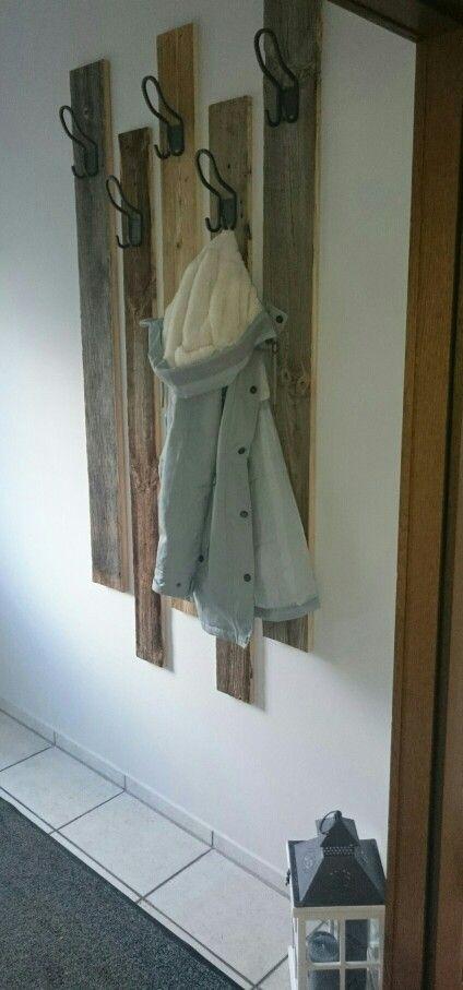 DIY Garderobe aus rustikalem Holz ; Bretter mit Haken ; Landhaus Garderobe ; Shabby Flur; HJÄLMAREN Doppelhaken von Ikea