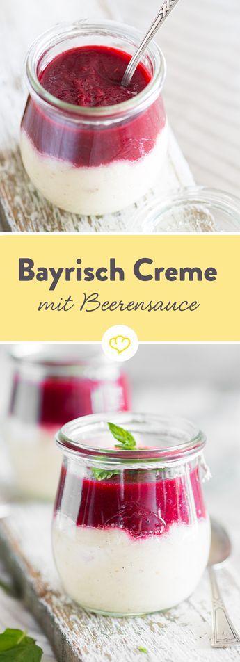 Süßes Schmankerl: Bayrische Creme mit Beerensauce