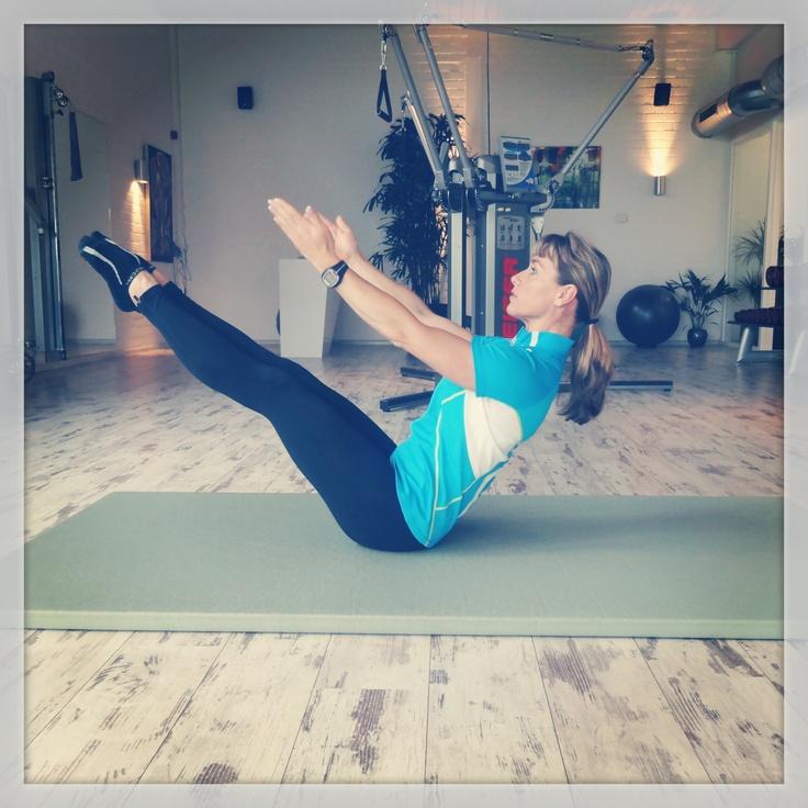 'Perfect Pilates': Ontspannend maar tegelijkertijd worden je spieren ook ontzettend goed getriggerd. De nadruk ligt op de principes: centriciteit, concentratie, controle, precisie, ademhaling en vloeiende bewegingen. Pilates bestaat uit grondoefeningen die gericht zijn op het versterken van de onderrug, buik, bekken en bilspieren (de 'core'). Het regelmatig beoefenen van Pilates zorgt voor een evenwichtige ontwikkeling van alle spiergroepen. (Foto: Teaser oefening).