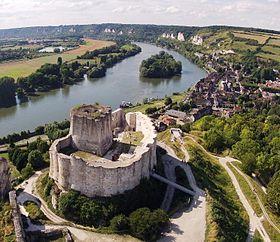 Château-Gaillard est une forteresse médiévale en ruine au cœur du Vexin normand, à 100 km de Paris dans la commune des Andelys (Eure). Il domine la vallée de la Seine, mêlant Richard Cœur de Lion et les rois maudits en haut d'une falaise de calcaire. Il devrait son nom à Richard Cœur de Lion qui, le voyant achevé, aurait dit « Que voilà un château gaillard ! ». Début de construction 1196 et fin 1198