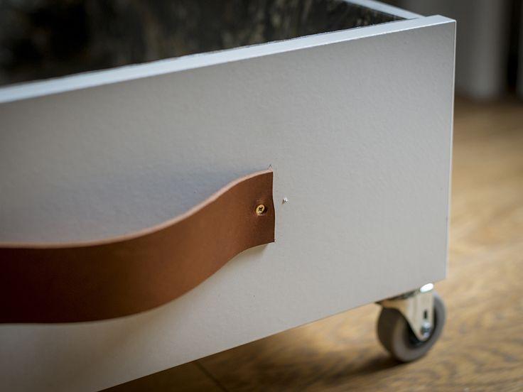 Un semplice fai da te per attrezzare cassetti sotto la rete del letto