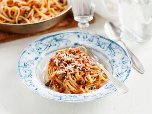LCHF-nudlar ersätter mjölpastan...  Den här rätten är så enkel, snabb och god! Pasta med tomat, tonfisk, oliver och kapris. På italienska heter rätten Mezze Maniche con salsa di tonno.