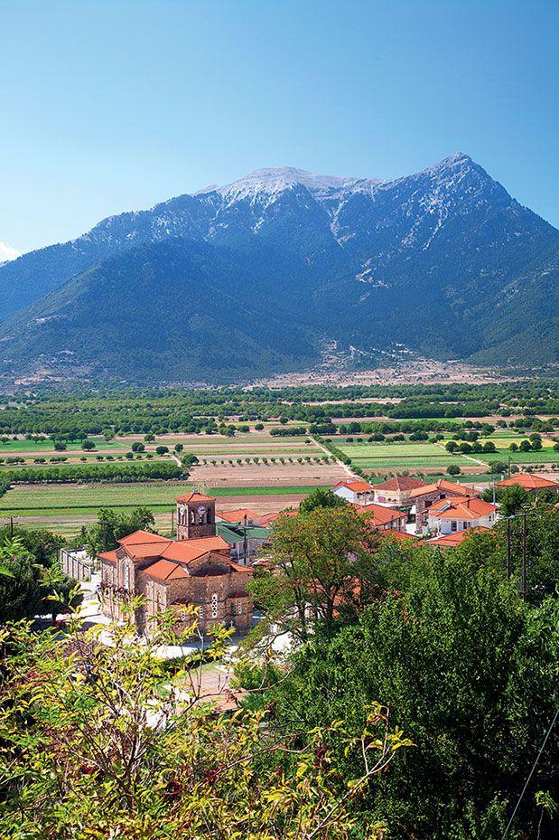 Το χωριό Μεσινό με φόντο το οροπέδιο του Φενεού.