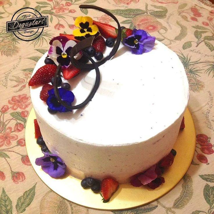 Torta de biscocho amapola frambuesa manjar   Hagan sus pedidos a degustartcotizaciones@gmail.com o através de nuestro fanpage.