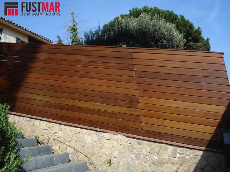 valla de madera tropical con aplicacin de aceite de teka formada por listones de xmm