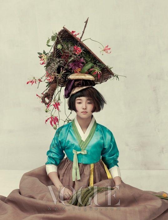 FÊTE DE LA MOISSON Mobondan gilet de quilting avec des plumes bleu clair et jupes de pâturage : Kim Young-jin