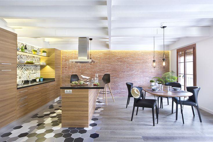 Если смотреть в сторону кухни и столовой из гостиной, то черный цвет стульев и столешниц хорошо смотрится на фоне красного кирпича дальней стены. .