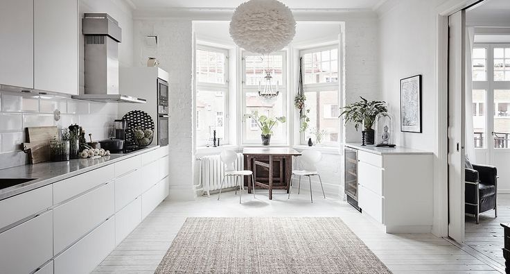This lovely bright and spacious Scandinavian apartment is located in an early 20th-century building in Gothenburg. Many original features of the building have been preserved such as the stucco, ceiling medallions and the original wooden floor. The brightness, the white walls and the minimum amount of furnituremakes this a wonderful example of a Scandinavian styled …