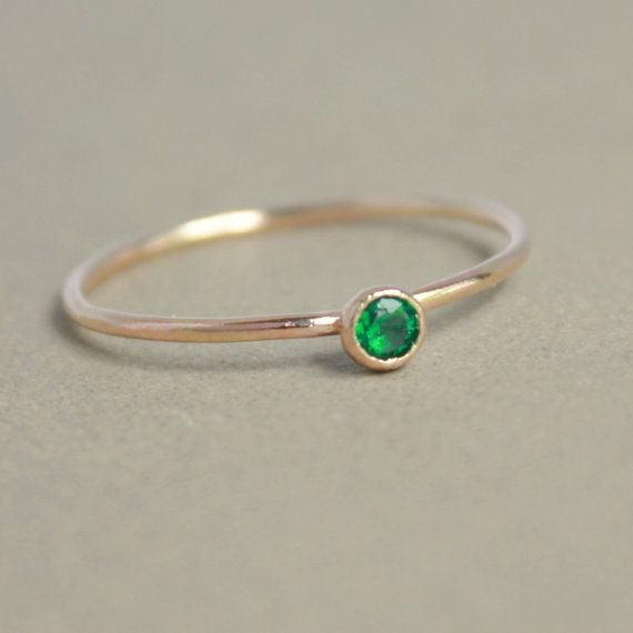 Smaragd Ring. Gold Smaragd Ring. EINE zarte stapelbar Birthstone Ring. Mütter-Ring. 14k gold gefüllt. Verlobungsring.