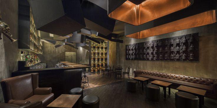 Pénétrer dans un bar en se glissant dans un distributeur automatique de boisson ? C'est l'idée fantasque d'Alberto Caiola dans un établissement de Shanghai.