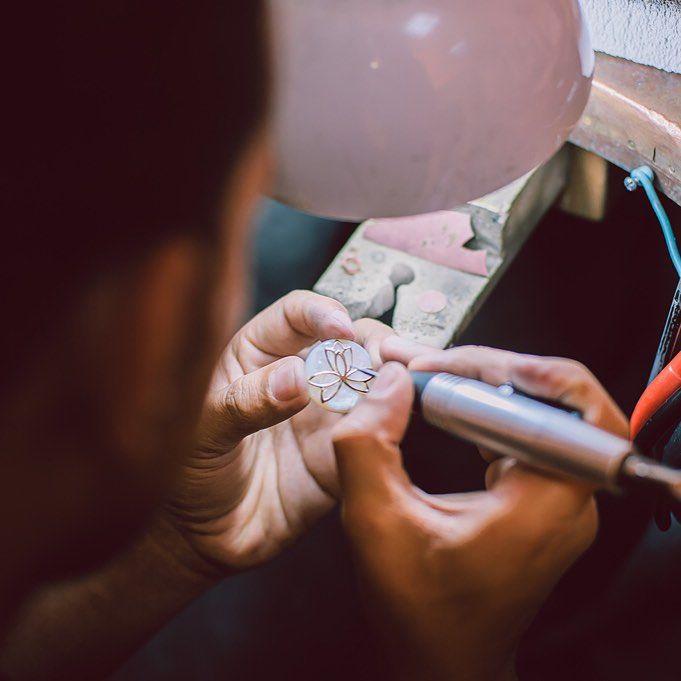 Bijuteria este o poveste a detaliilor, de fapt, la fel cum este și viața, micile detalii - precizia îmbinărilor, finețea pietrelor, armonia modelului -, și într-un caz, și în celălalt, perfecțiunea se obține prin exercițiu, talent, și răbdare.   #bijuteria #sabion #romania #cluj #bucuresti #handmade #jeweler #jewelry #jewellery #jewelrygram #jewlery #instagood #instajewelry #work #art #live #love #enjoy #life #masterpiece   Secvență surprinsă in Atelierele Sabion.