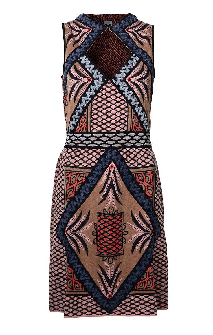 Figurbetont geschnittenes Damen-Strickkleid von M Missoni mit graphischen Muster in verschiedenenBraun-, Rosé- und Blautönen. Aus Wollmix gefertigt. Das Kleid hat eine extravagante Rückenpartie mit rautenförmigen Cut-Out.