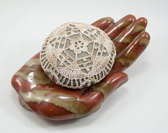 Crochet Pierre, roche de plage, fleur, mariage sur la plage, oreiller anneau porteur, décor de table, panaché fil écru beige naturel, élément bol