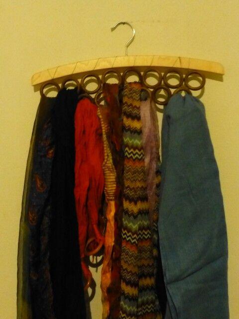 Porta foulard con gruccia e anelli delle tende legati con fil di ferro