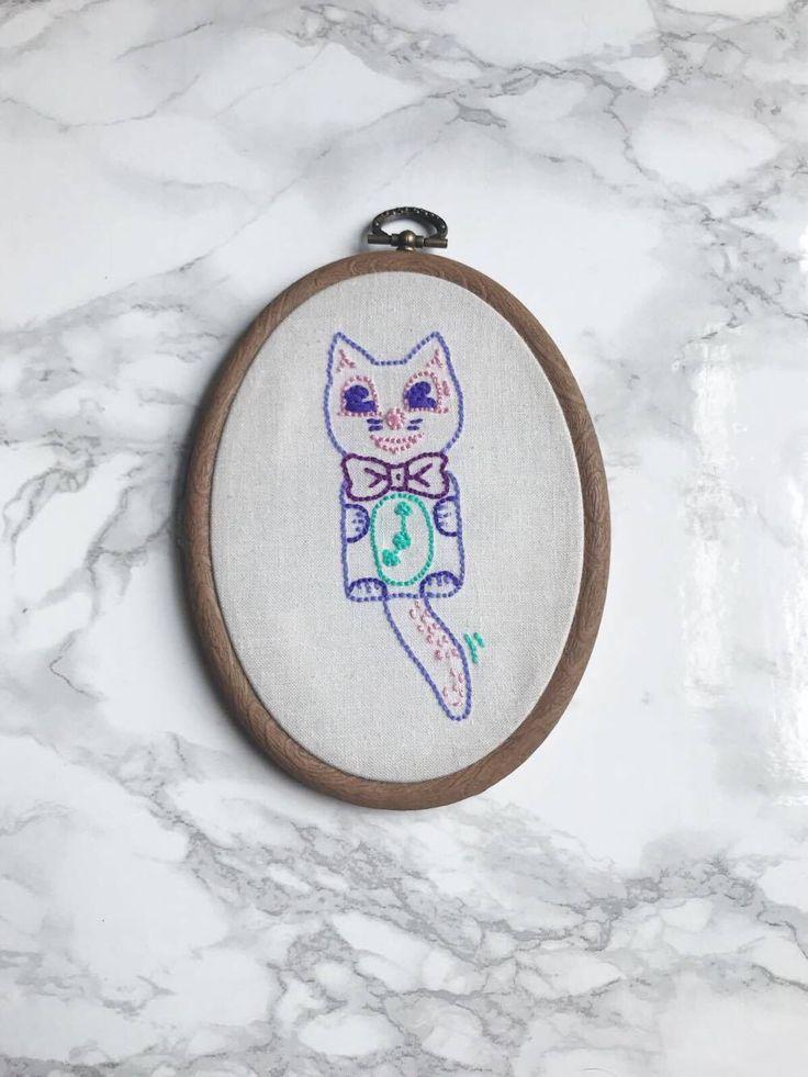 Schattig Kit Cat klok borduurwerk hoepel kunst door MadameCatspurrr op Etsy https://www.etsy.com/nl/listing/528235476/schattig-kit-cat-klok-borduurwerk-hoepel