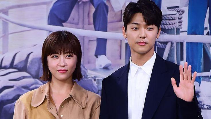 """El 28 de agosto, en una conferencia de prensa para el próximo drama de miércoles y jueves de MBC """"Hospital Ship"""", Ha Ji Won habló de co-protagonizar con Kang Min Hyuk de CNBLUE, que es 13 años menor que ella. Ha Ji Won dijo: """"Hay una diferencia de edad, pero cuando estamos filmando, nos convertimos …"""
