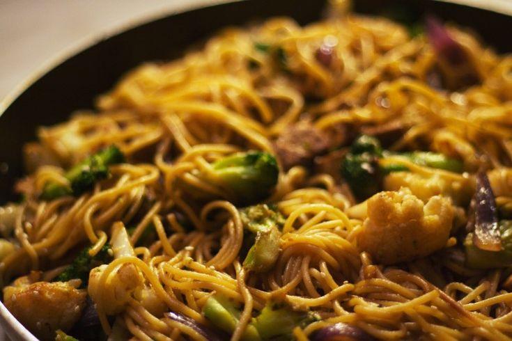 Szupergyors és könnyű ebéd vagy vacsora. Sok és ropogós zöldség, durumtészta (vagy rizstészta), harmonikus ízek, bár feltehetően a legkevésbé sem autentikus kínai. Sebaj! Hozzávalók (2 személyre): …