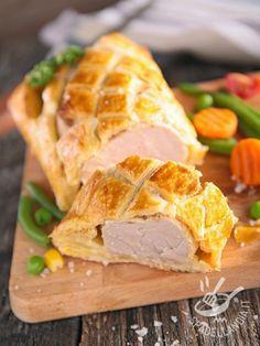 Il Filetto di maiale in crosta è un secondo di carne ideale per un pranzo in famiglia ma anche per una festività. Saporito e gustosissimo!
