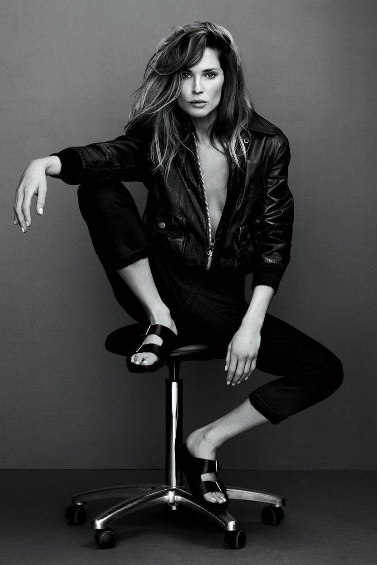 Boyfriend Jeans, weißes T-Shirt und Sneakers, das ist casual. Der schwarze Blazer verleiht Eleganz.