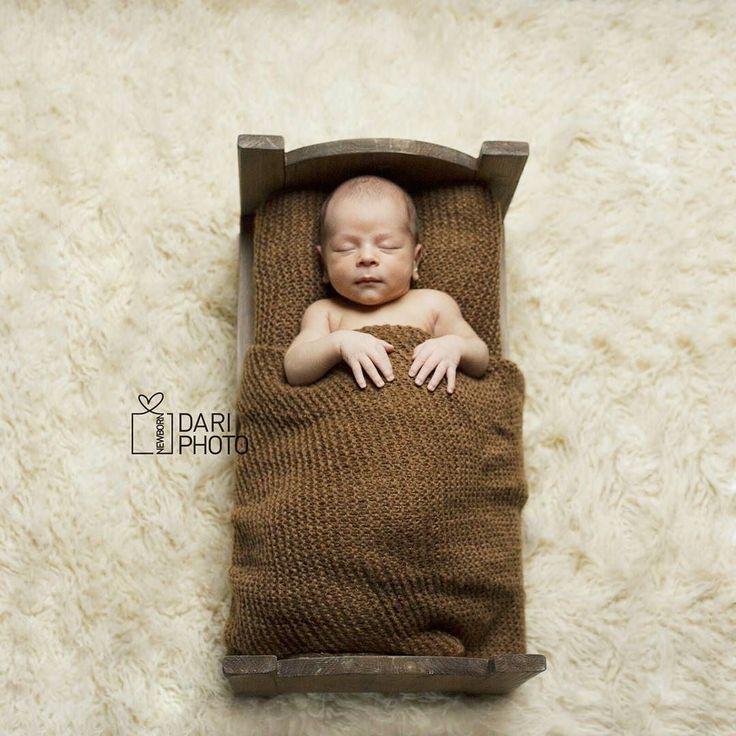 Пока малыши укладываются спать в свои крохотные кроватки я вам расскажу что наша мастерская занимается изготовлением реквизита для newborn фото сдаем в аренду и изготавливаем на заказ чтобы самые трогательные моменты остались в нашей памяти и на страницах фотокниг! А это замечательное фото дело рук волшебницы Даши @dari_newbornphoto если вы в ожидании малыша тогда вам самое время заглянуть в её профиль!! ---- #newborn #newbornphoto #dari_newbornphoto #newbornkazan #newbornphotography…