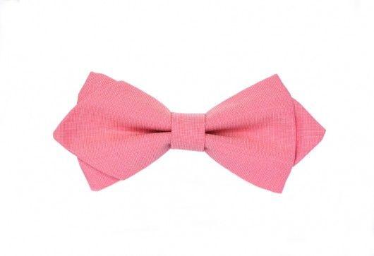 Unikatowa, gotowa mucha męska, uszyta z najwyższej jakości różowej tkaniny. Model diamond. Posiada regulację obwodu, dzięki czemu można ją wygodnie zakładać i zdejmować. Szerokość muchy: 13 cm. Pasek z regulacją w kolorze białym. Uszyta ręcznie. Szalenie elegancka i oryginalna!...