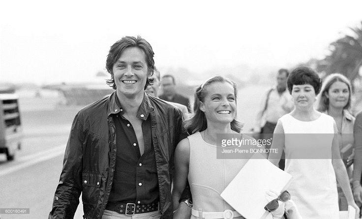 Alain Delon et Romy Schneider à leur arrivée à l'aéroport de Nice en septembre 1968, en France .