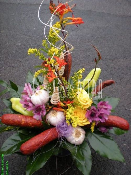 Dárkové květiny | Dárkové aranžmá z květin a klobás David | Květiny online, prodej a rozvoz květin