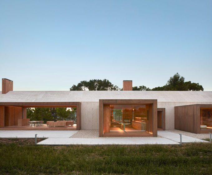 스페인에 위치한 이 현대적 별장은 소나무 숲과 포도밭 사이의 국경 위치 대문에 식물들이 둘러 싸인 환경과 조경의 통합을 추구한다. 이를 위해 재료를 선택했고, 전체적인 프로그램을 개발하는데 이것이 가장 큰 결정의 중심이었다. 결과적으로 이 시골 휴양지는 투명한 지붕을 가진 보통의 농촌 주택 개념을 기반으로 새로운 공간 개념을 접목시켰다. This modern cottage, located in Fontanars dels Alforins, Spain, was..
