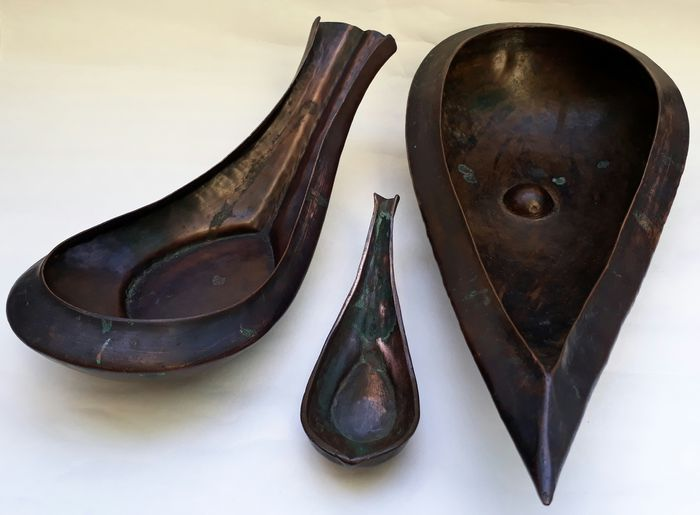 Drie ceremoniële schepen een zeer grote scheur vormige bronzen Yoni en Lingam heilig water vaartuig - India - 19e eeuw  Dit is een uiterst zeldzaam en zeer wenselijk ceremoniële Yoni en Lingam een ceremoniële vaartuig voor wijwater. Het is verondersteld om heeft waarschijnlijk zijn oorsprong in de Indiase Himalaya. Dit oude scheur-vormige object geboekt van hand-geslagen koper. Het beschikt over een centraal geplaatste puntige lingam instellen binnen de kom en heeft een bijpassende navel…
