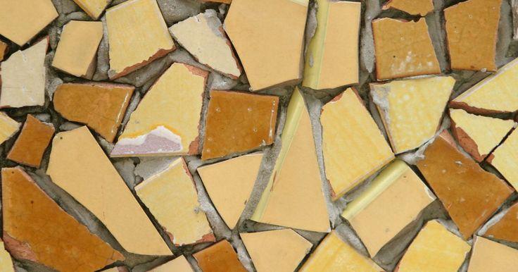 Hazlo tu mismo: mosaicos de cerámica. Al igual que los azulejos, los trozos de cerámica se usan para crear hermosos mosaicos, tanto para uso interior como exterior. Los amantes de la jardinería pueden crear superficies de mosaico sobre los recipientes, mesas de jardín y bancos. Los usos para dentro de la casa incluyen marcos decorativos para espejos e imágenes. La cerámica y los ...