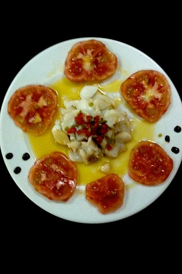 Ensalada de bacalao templado con tomate de la zona y salsa vinagreta via @casaenrique #solares #Cantabria