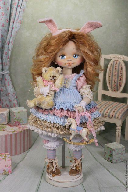 Купить или заказать Зайка моя . Кукла авторская в интернет-магазине на Ярмарке Мастеров. Зайка очень нежная , хрупкая ,мечтательная девочка . Платьице с воздушными рюшами делает её образ ещё более трогательным . Наверно наша девочка возвращается после праздника с подарками ? А может едет в гости к бабушке и собрала с собой свои самые любимые игрушки ? Ааа , в гости приходил дед мороз ? Достал из своего волшебного мешка плюшевого мишку и лошадку ? -Зая ,почему ты немного грустная?