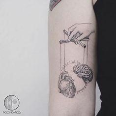 Tattoo coração e cérebro minimalista por @poonkaros no instagram