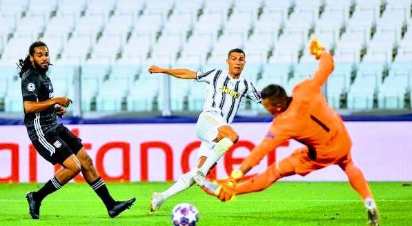 رونالدو يسجل ويوفنتوس يودع دوري أبطال أوروبا Running Football Sports