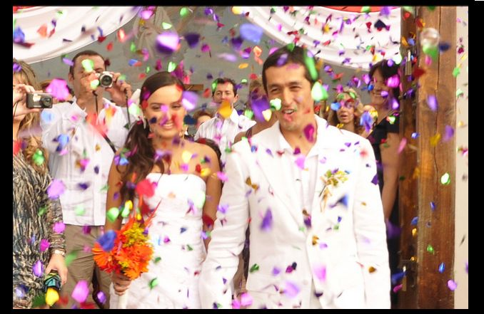 una  lluvia de color.. dicen que si llueve en una boda es buena suerte..
