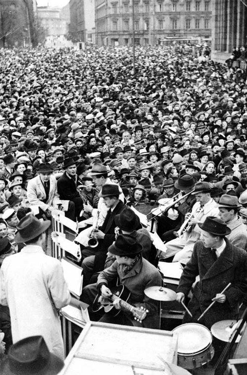 Jaakko Vuormaan yhtye soittaa Rauhantansseissa Rautatientorilla toukokuussa 1945. Kuva: Helsingin kaupunginmuseo/Relavuo