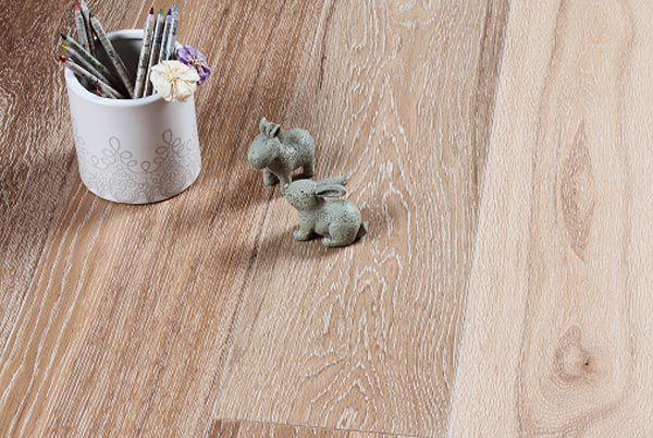 Assiti di Rovere decape' bianco.  #Pavimenti in #parquet #rovere #flooring #wood #floor #interiordesign #bianco #white #liscio