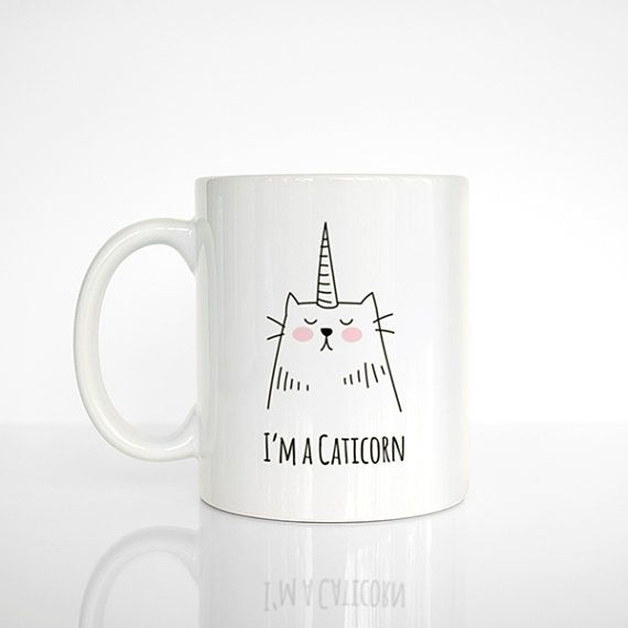 He encontrado este interesante anuncio de Etsy en https://www.etsy.com/es/listing/236947243/caticorn-coffee-mug-cat-unicorn-ceramic