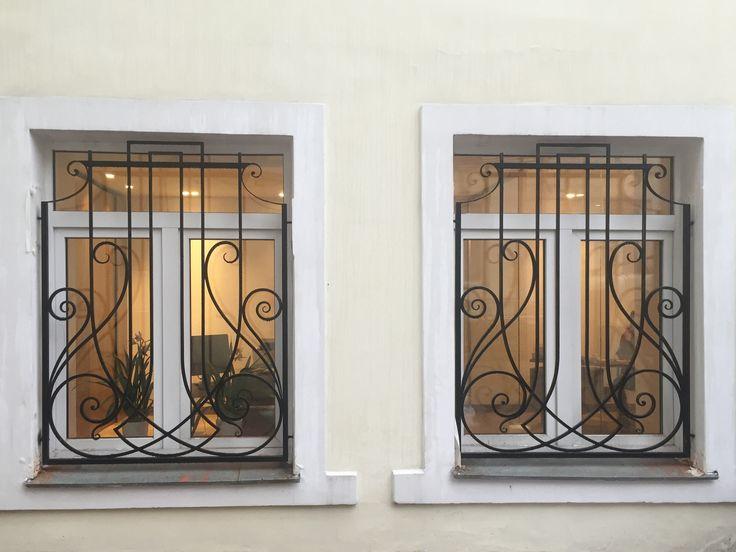 Гораздо приятнее смотрится окно с благородной кованой решеткой!   Кованые #решётки. Контакты специалиста http://www.metal-made.ru/feedback/
