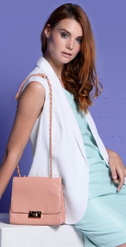 Бирюзовая блузка, белые брюки, розовая сумка
