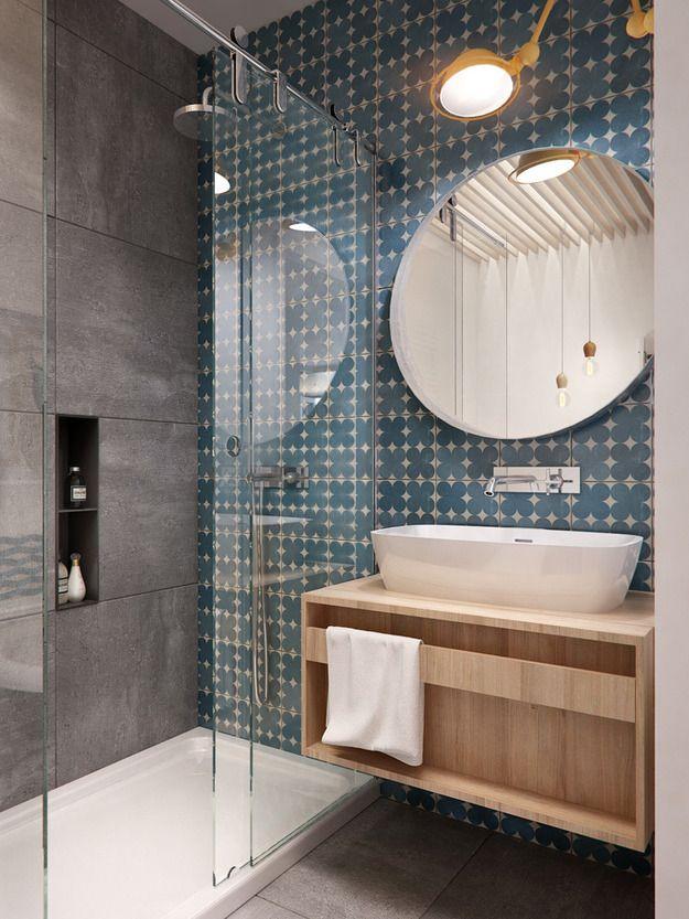 Комфортная душевая и компактная ванна на фоне бело-голубой палитры стен – эта ванная комната для молодой пары с порога настраивает на спокойствие и релакс