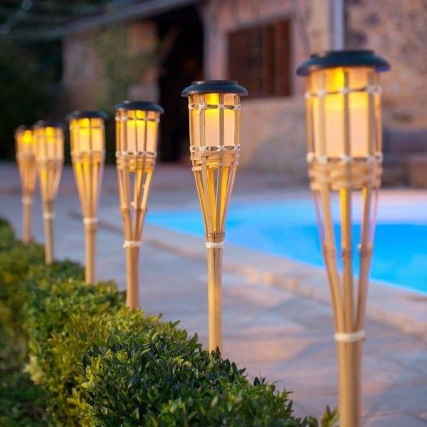 bambusz napelemes lámpák a kertben