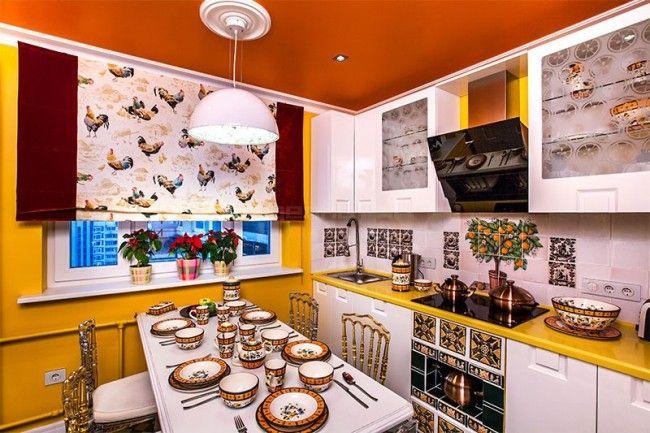 Белая кухня и желтые стены