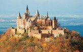 ドイツ南部、シュヴァーベンの山の頂に佇む「ホーエンツォレルン城」。11世紀に、ドイツ皇帝やルーマニア国王を輩出したホーエンツォレルン家の居城として築城された美しいお城です。田園地帯にそびえる標高約900メートルの山頂に建ち、遠くからも優美な姿を見ることができます。