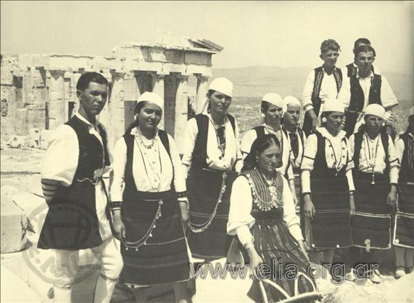 Εορτασμοί της 4ης Αυγούστου: Άνδρες και γυναίκες από τη Μακεδονία, περιοχή Φλώρινας, στην Ακρόπολη. ΤόποςΑθήνα Χρονολογία1937 Αρχείο/ΣυλλογήΚΟΤΖΙΑΣ, ΚΩΣΤΑΣ