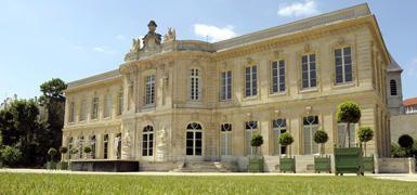 Le château d'Asnières-sur-Seine  Édifié de 1750 à 1752, à la demande du Marquis de Voyer d'Argenson, le Château d'Asnières fut construit à l'emplacement d'un ancien château ayant appartenu entre autres, à la Comtesse de Parabère, maîtresse du Régent. Il fut dessiné par Jacques Hardouin-Mansart de Sagonne, architecte du Roi, et de brillants artistes comme Nicolas Pineau ou Guillaume Coustou ont participé à la décoration intérieure. La Municipalité l'a acquis en 1991.