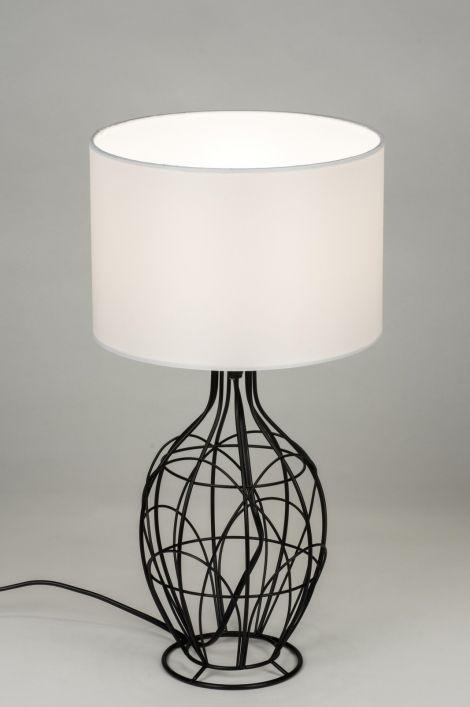 Artikel 10289 Opengewerkte tafellamp uitgevoerd in de kleur mat zwart. Het armatuur is van een opengewerkt, metalen structuur gecombineerd met een witte stoffen kap. Het zwarte snoer is voorzien van een schakelaar. http://www.rietveldlicht.nl/artikel/tafellamp-10289-modern-metaal-stof-wit-rond