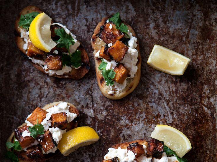 Grillat bröd med honungsrostad sötpotatis, fetaostkräm, koriander och piri piri | Recept från Köket.se