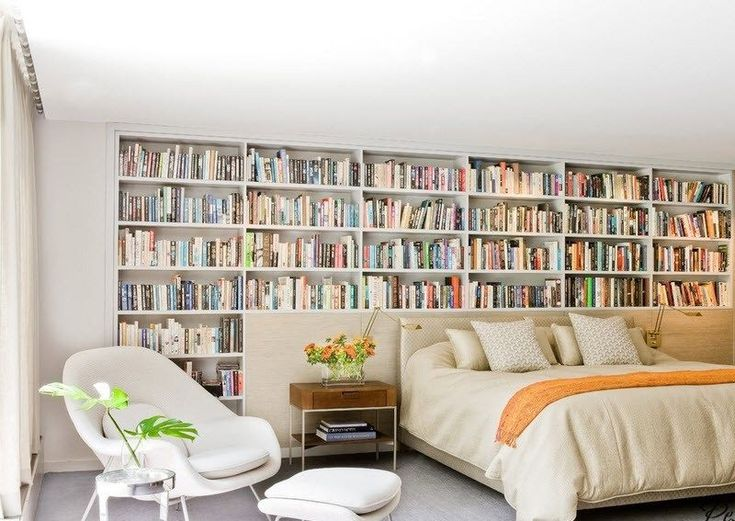 bibliothèque de livres au lieu de tête de lit avec rangement classique