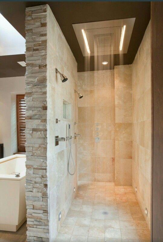 Versteckte begehbare Dusche hinter Badewanne